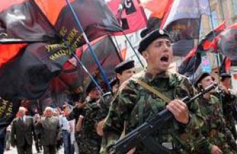 На Западной Украине бандеровцам раздают оружие