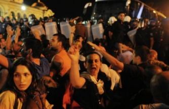 Полиция штурмовала парламент