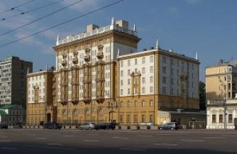 Русские люди выходят к посольству США