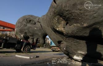 Война укропа со статуей