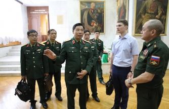 Военная делегация из Вьетнама изучает