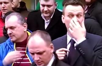Бег Навального по белой дорожке