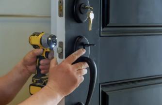 Мастера из «Zamok.pro» готовы помочь вам с установкой замков в металлическую дверь