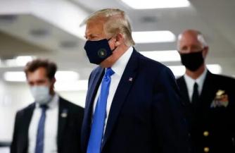 Трамп впервые надел маску