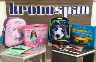 Подарки первоклассникам от завода «Кроношпан»: предприятие помогло детям собраться в школу