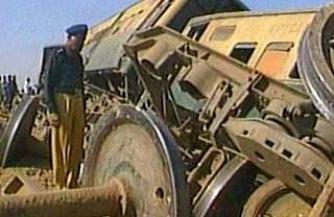 Три пассажирских поезда столкнулись в Пакистане