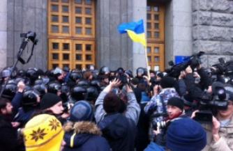Митингующие в Харькове штурмуют здание горсовета